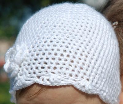 Ażurowa czapka robiona szydełkiem