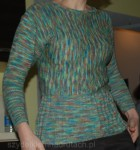 sweterek na drutach z kimonowymi rękawami